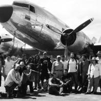 El equipo de la tierra y la sombra, regresando a Bogotá en un avión DC3 con 70 años de historia